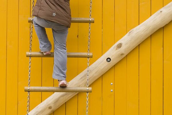 strickleiter vor gelber holzwand 03
