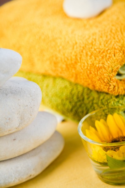 steine handtuecher und sonnenblume