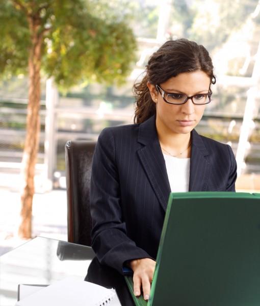 geschaeftsfrau mit laptop