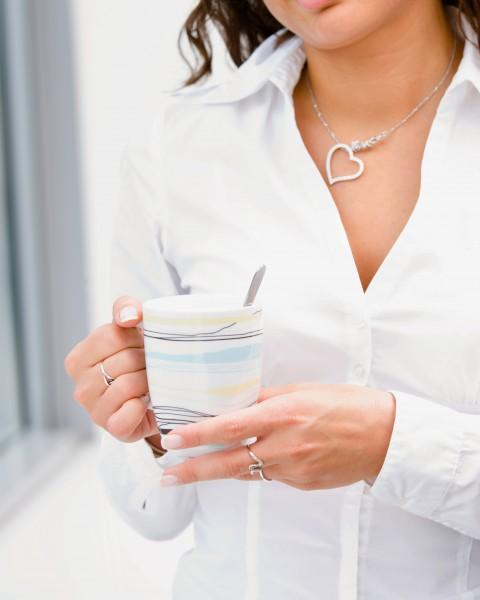 geschaeftsfrau trinkt kaffee