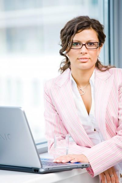 bueroangestellter mit laptop