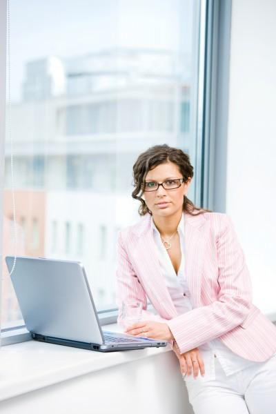 bueroangestellte mit laptop