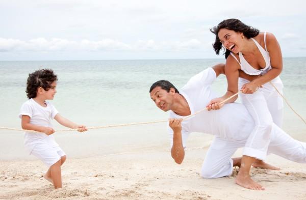 strand familie zieht am seil