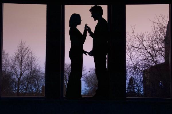silhouette des paares einander gegenueber und
