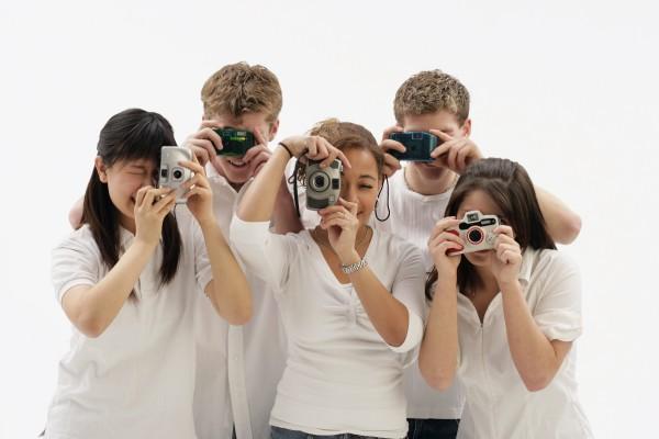 gruppe freunde die mit kameras