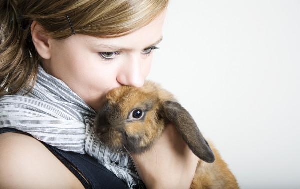 frau mit kaninchen haustier