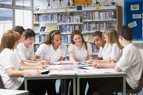 studenten in einer studiengruppe kollaborierenden
