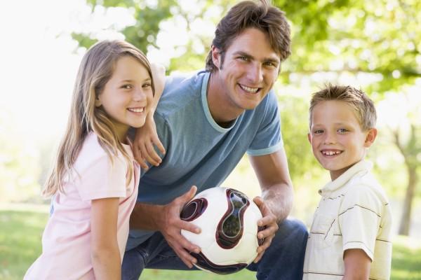 mann und zwei kleinen kindern im