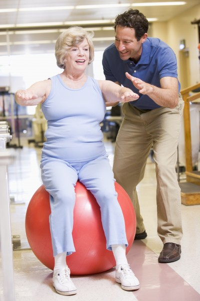 physiotherapeut mit patient in der rehabilitation