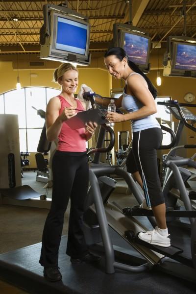 frau mit fitness trainer