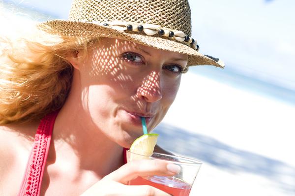frau mit cocktail am strand