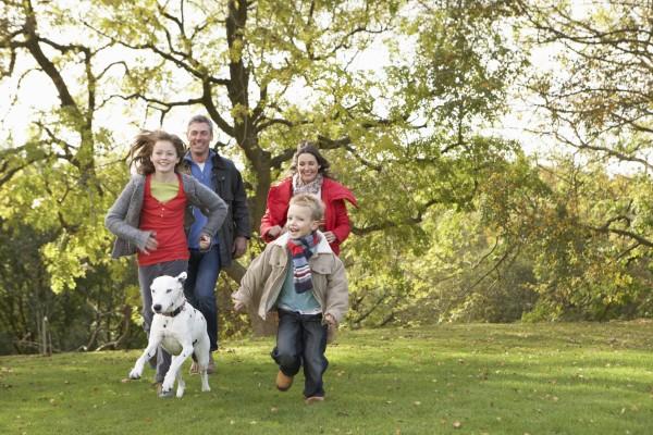 junge familie im freien gehen durch
