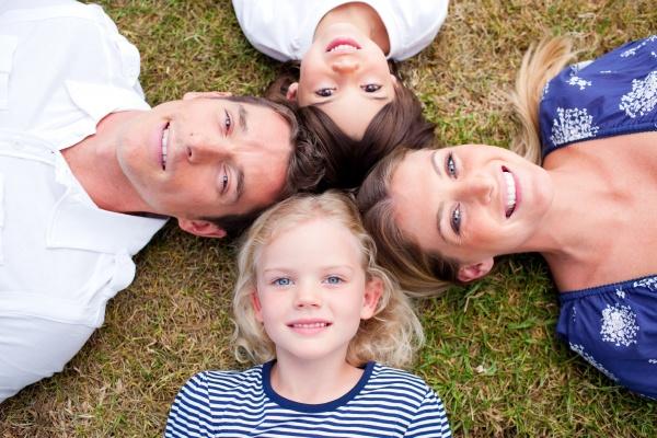 liebevolle familie im kreis auf dem