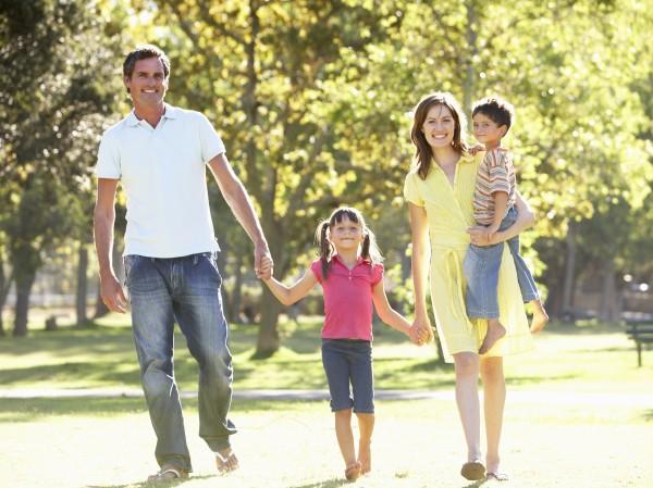 familien weg im park geniesst
