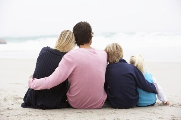 zurueck von jungen familie sitting on
