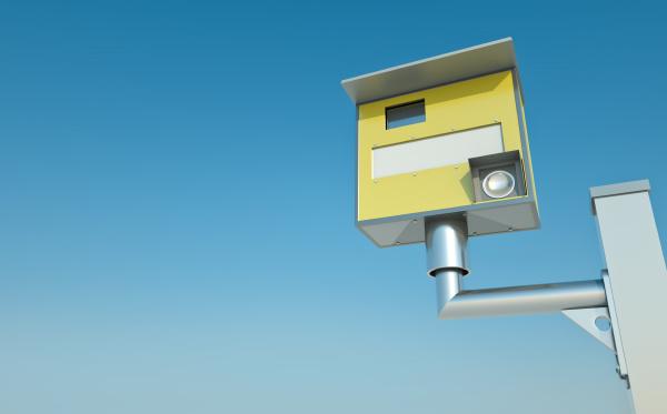 verkehrsgeschwindigkeitskamera gegen blauen himmel
