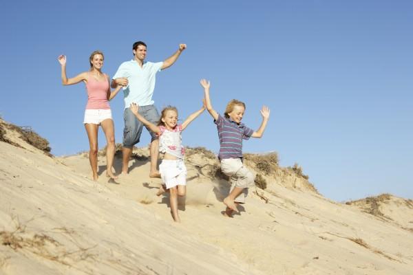 familien strand feiertag geniessen laeuft hinunter