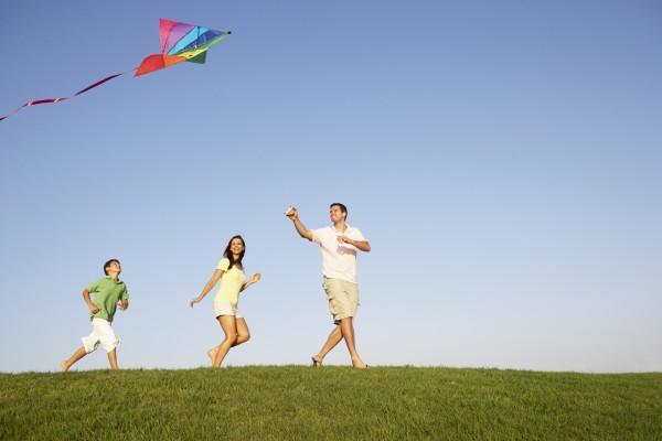 junge familie eltern mit kind spielen