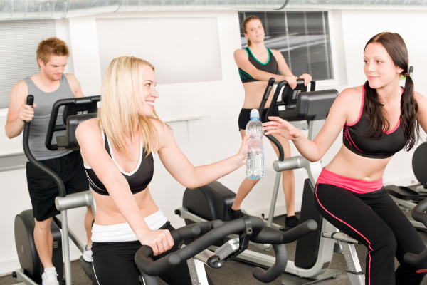 fitness junges maedchen auf gymnastikfahrrad
