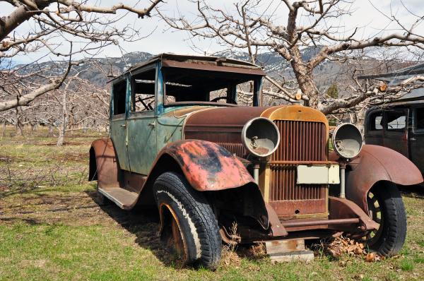 altes verlassenes auto