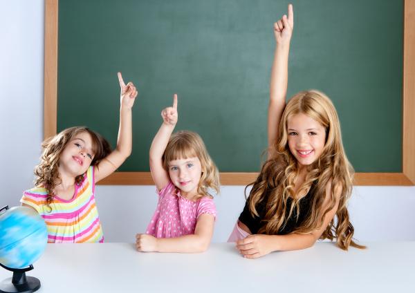 kinder student schlau maedchen im klassenzimmer