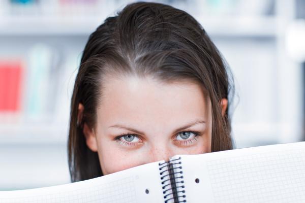 huebsche weibliche college studenten studieren in