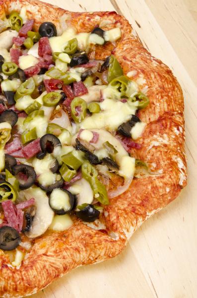 koestliche hausgemachte salami pizza
