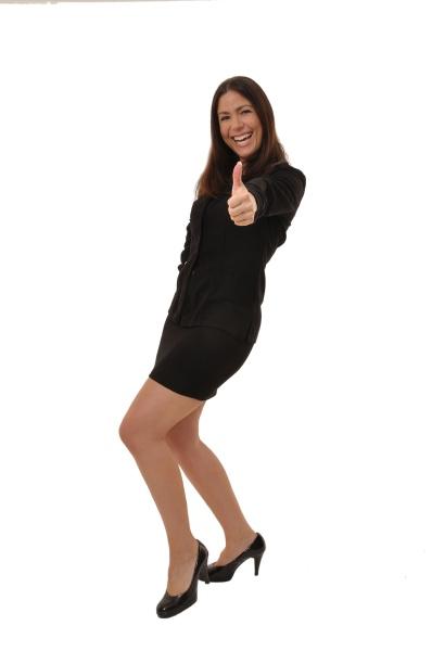 geschaeftsfrau im anzug hebt einen daumen