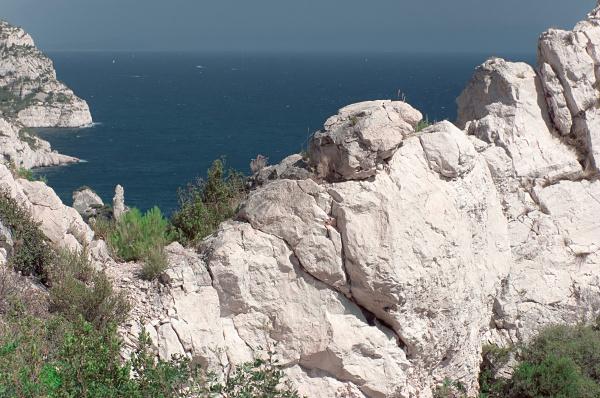 steiler felsen in den franzoesischen calanques