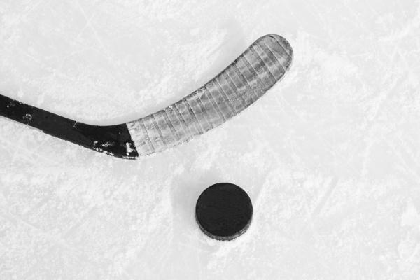 hockeyschlaeger und puck