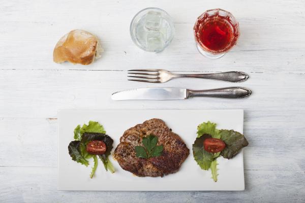steak mit brot und salat