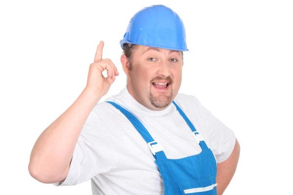 portraet eines arbeiters mit helm