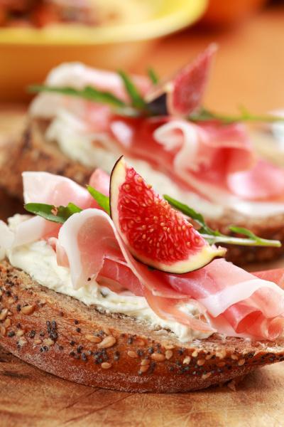 sandwich mit schinken und ziegenkaese