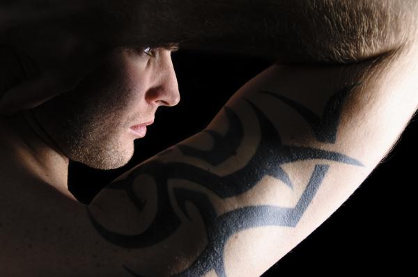 portraet eines mannes mit tattoos auf