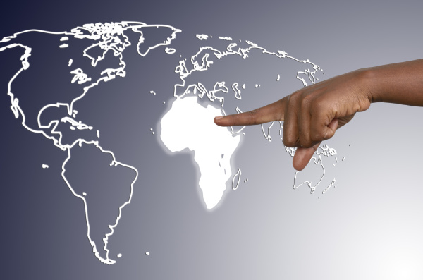 finger beruehrt afrikakarte