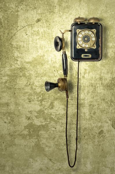 antikes telefon an einer gelben verwitterten
