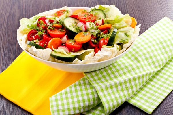 bunter gemischter salat mit gemischtem gemuese