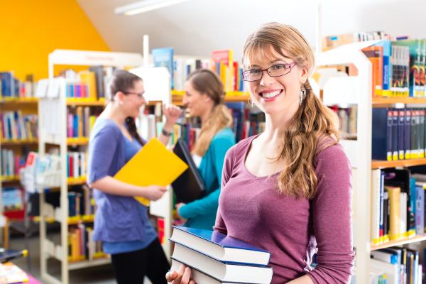 studenten lernen in einer in bibliothek