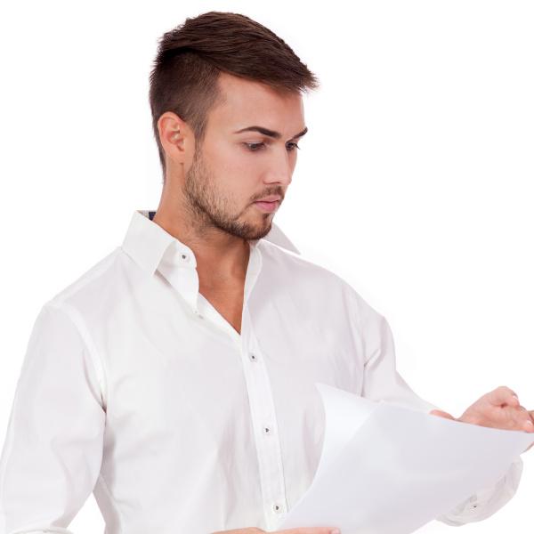 junger erwachsener geschaeftsmann liest ein dokument