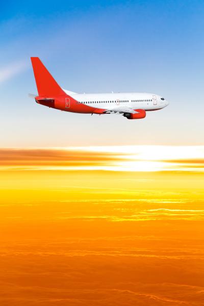 flugzeug im himmel bei sonnenuntergang ein