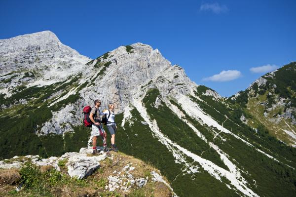 sport lebensstil berge bergwandern rucksacktourist paar