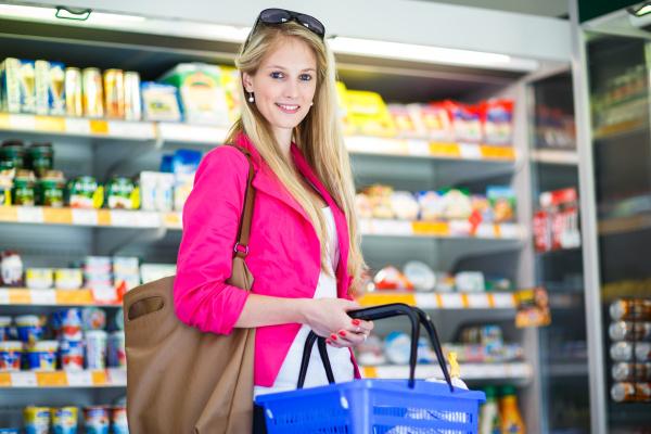 schoene junge frau beim einkaufen in