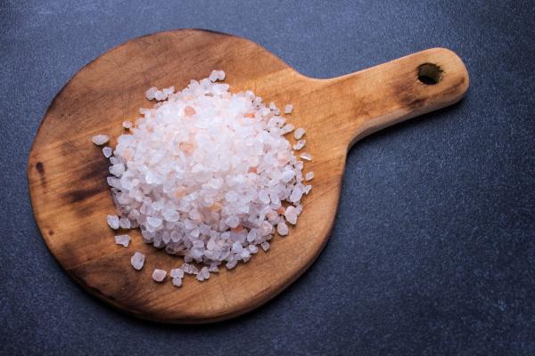 grobes salz auf rundem holzbrett