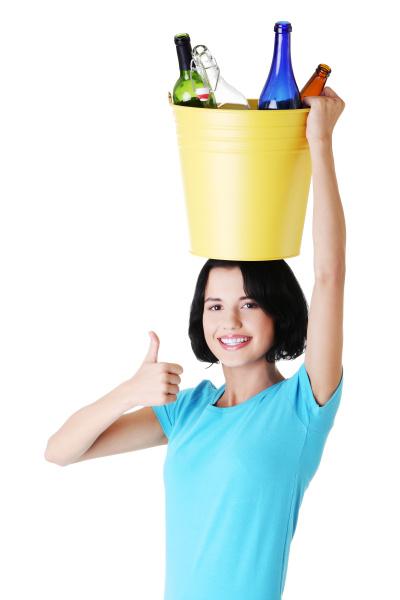 attraktive frau mit flaschen recycling idee