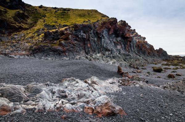 islaendischer strand mit schwarzen lavafelsen halbinsel
