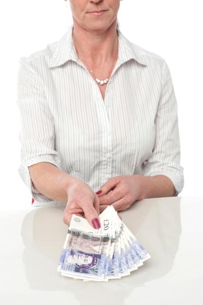 frau hand haende oekonomisch dame zahlungsmittel