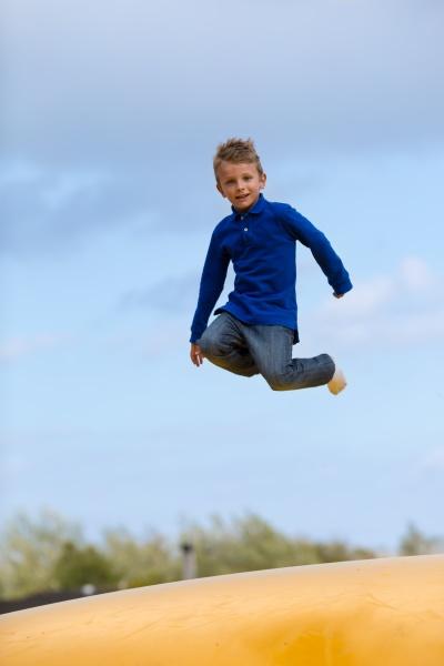 springender junge
