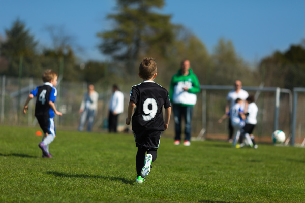 jungen spielen fussball