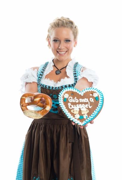 bayrisches maedchen mit lebkuchenherz und brezn