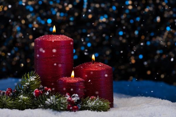 drei rote kerzen im schnee